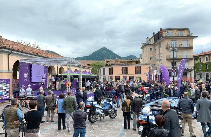 La folla in piazza del Mercato a erba