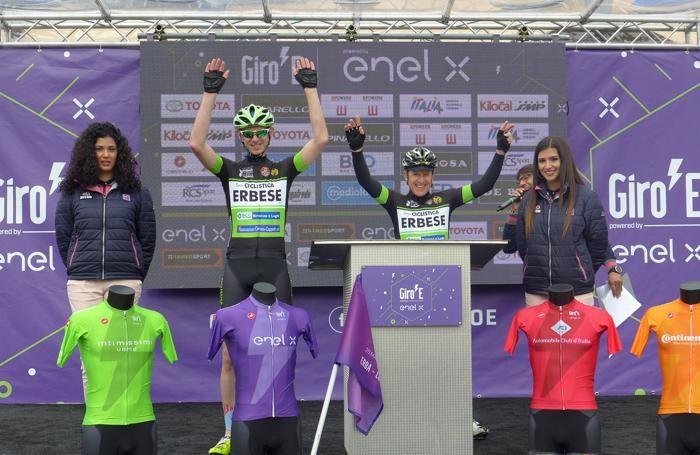 La presentazione dei due ciclisti della Ciclistica Erbese