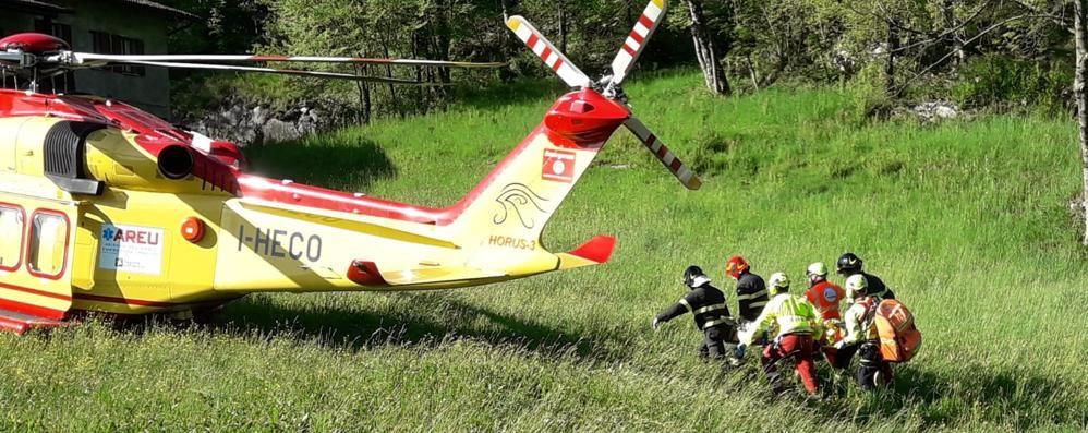 Vola nel fiume con la moto Salvato dai vigili del fuoco