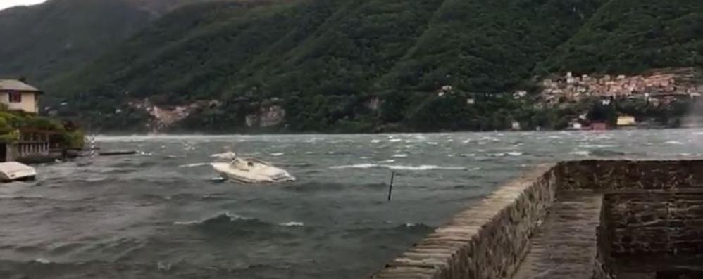 Laglio, onde altissime (video) Affonda una barca a vela