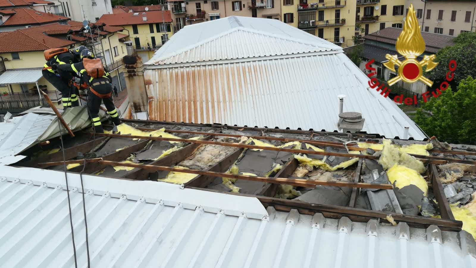 tetto scoperchiato dal vento in Napoleona a Como a causa del forte vento