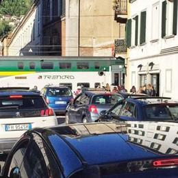 Due treni bloccati a Sant'Orsola Caos e code lungo il girone
