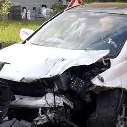 Incidente a Carlazzo  Scoppiano gli airbag due feriti
