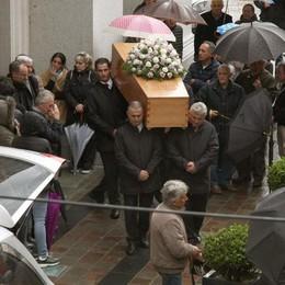 Folla per l'addio a Camilla  «Tragedia senza risposte»