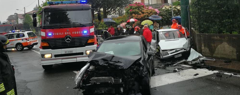 Lurate, auto in contromano  Scontro con tre feriti all'incrocio