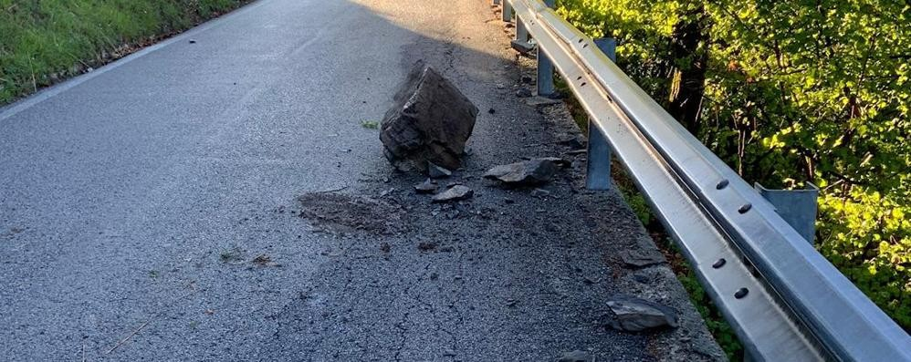 Pigra, scarica di sassi sulla strada  Nessun ferito, ma la paura rimane