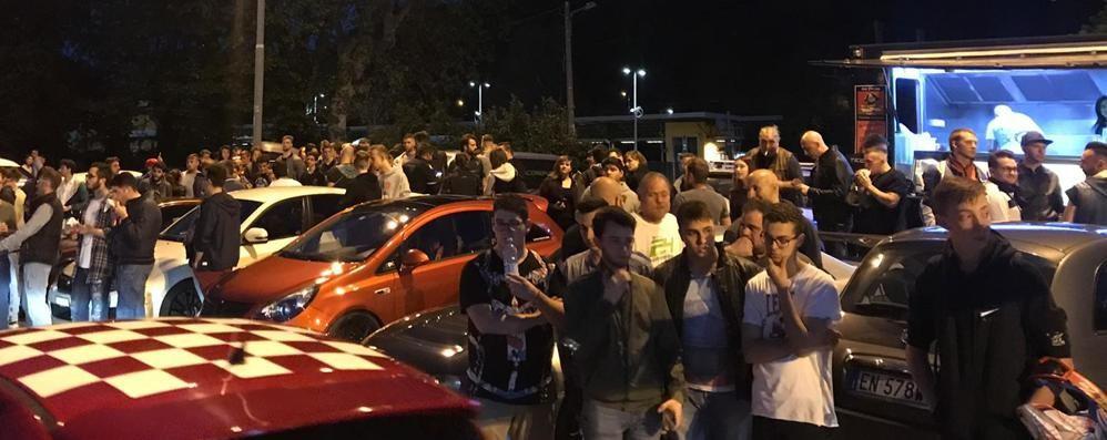 Folla al raduno di auto in notturna  Con campioni e Youtuber