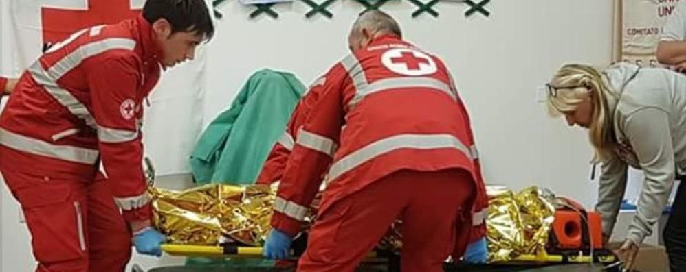 Cade a 5 anni in piscina  Bimba salvata da un comasco