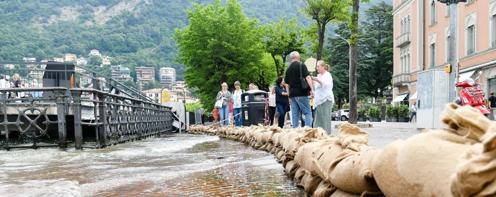 Sacchi di sabbia in piazza Cavour  Lago quasi fuori, e torna la pioggia
