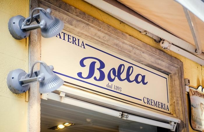 Como chiude la pasticceria bar Bolla di via Boldoni