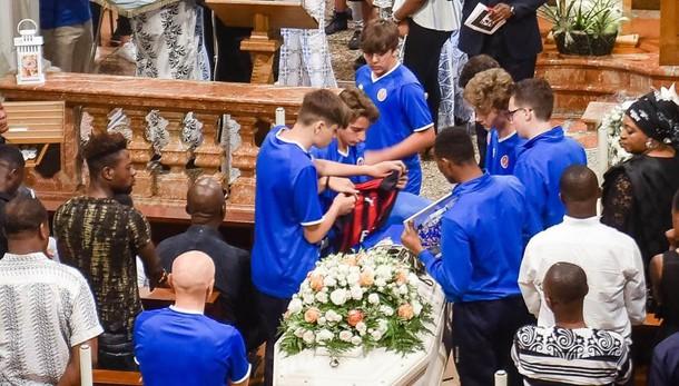 La maglia di Cutrone sulla bara  Gironico, l'ultimo saluto a Maxwell