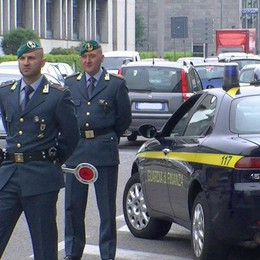 Lavoravano in Svizzera  Denunciati 8 falsi disoccupati