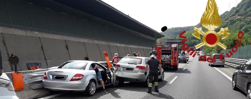 Tamponamento tra due auto in autostrada Quattro automobilisti coinvolti