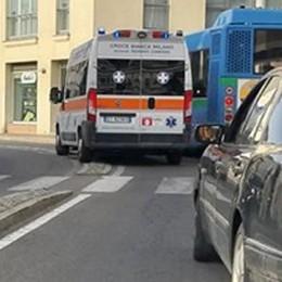 """Ambulanza """"intrappolata"""" dai cordoli  Il sindaco di Mariano: «Non li tolgo»"""