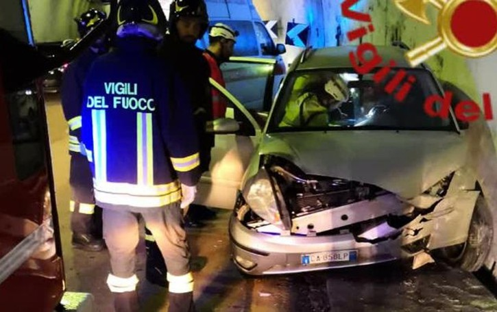 Incidente in galleria a Monte Olimpino  Finisce con l'auto contro una barriera