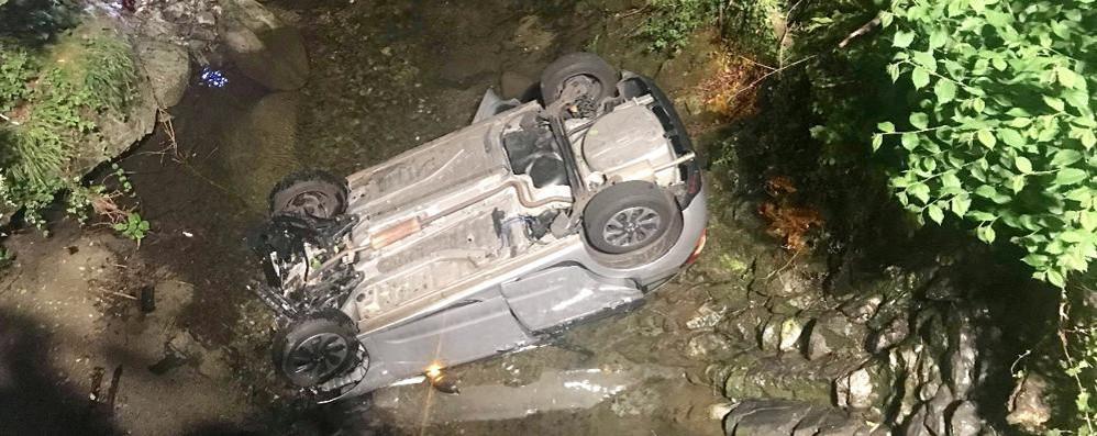 Pauroso incidente ad Asso  Finisce con l'auto nel Lambro