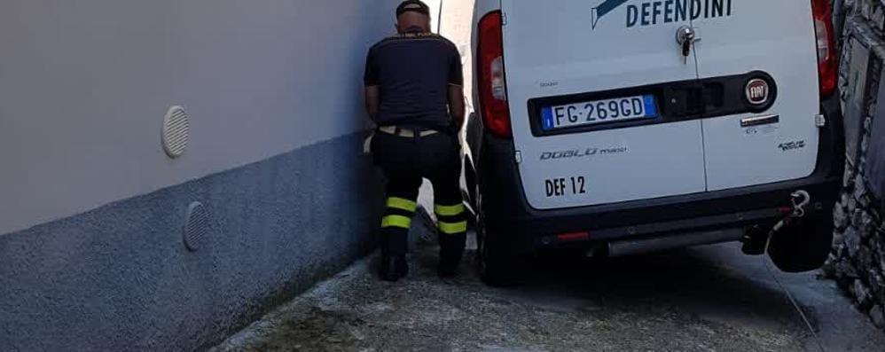 Furgone incastrato  Arrivano i pompieri
