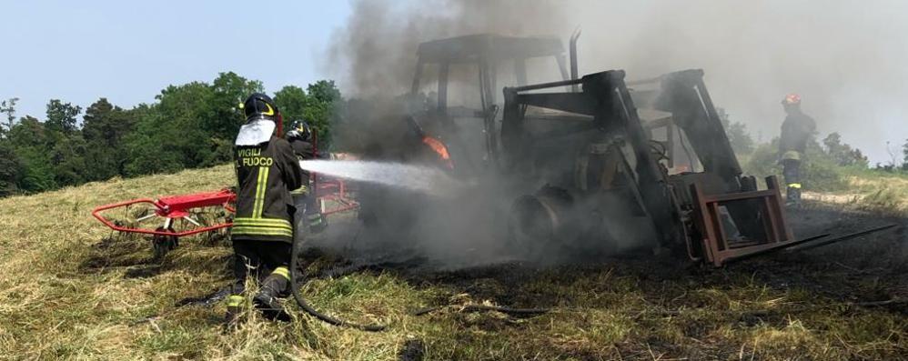 Brucia un trattore  Arrivano i pompieri