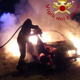 Incendio a Carugo Auto distrutta dalle fiamme