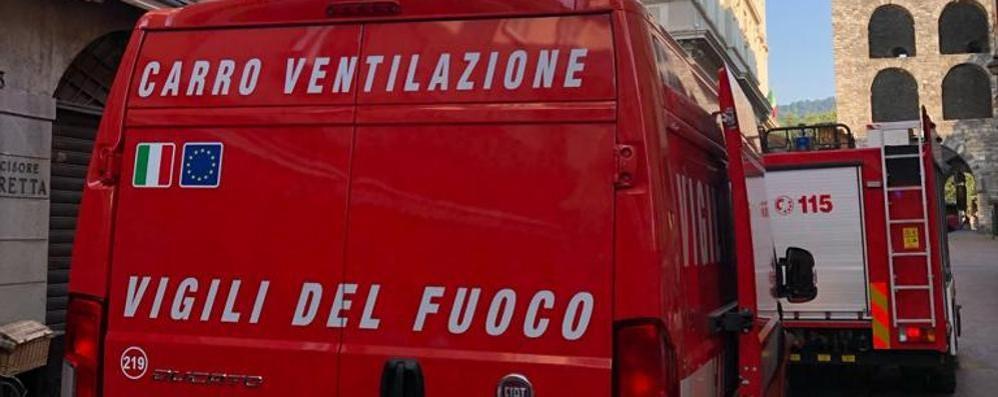 Lavatrice a fuoco in via Cantù  Due persone intossicate