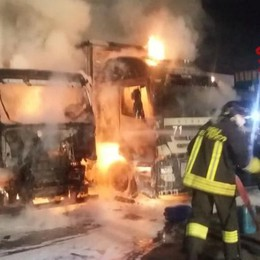 Due camion a fuoco  Vigili del fuoco a Lomazzo