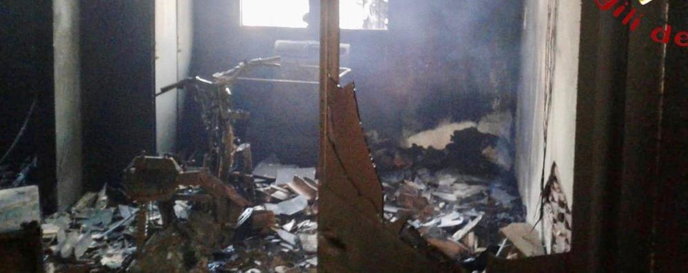 Fuoco alla carpenteria di via Vandelli  Le fiamme distruggono lo spogliatoio