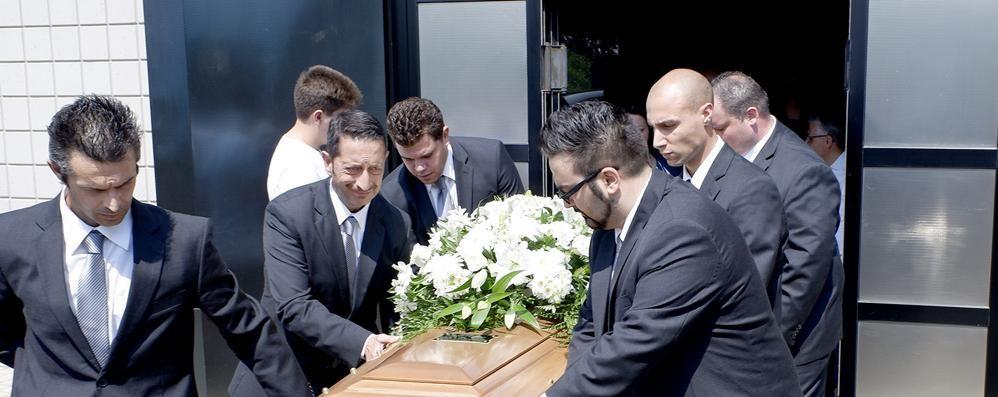 Senna, folla per l'ultimo saluto  al giovane di Navedano
