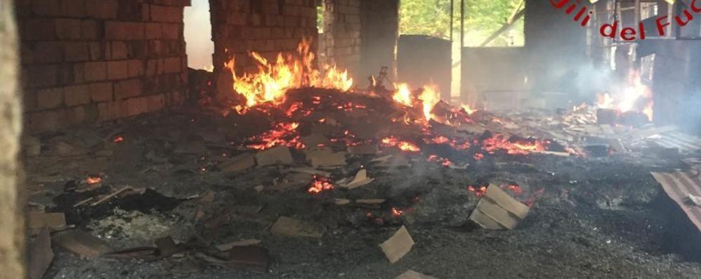 Stalla in fiamme a Rezzago Arrivano i vigili del fuoco