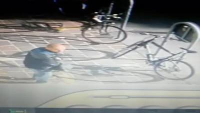 Ladro di bici in azione