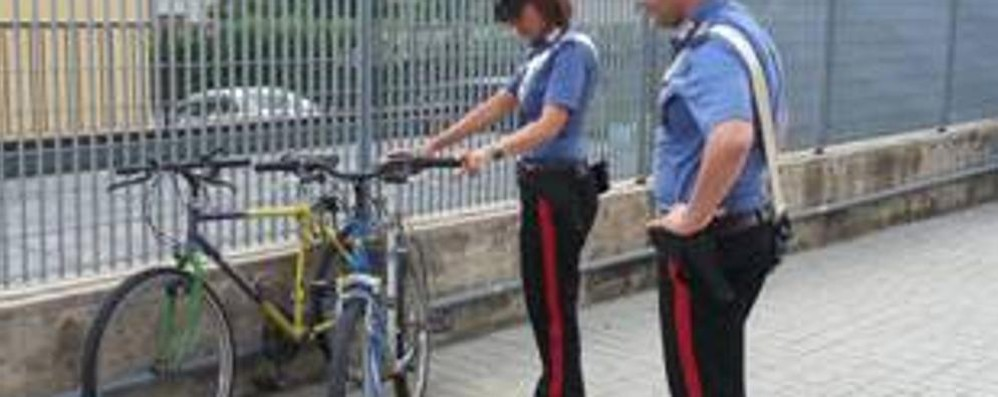 Ladro di bici in manette (video) Il furto in meno di 30 secondi