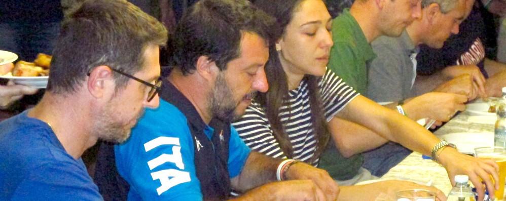 """Salvini, centinaia di """"selfie""""  Poi le costine con Francesca"""