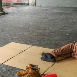 Accampati sui gradini del mercato  «I senzatetto sono fuori controllo»