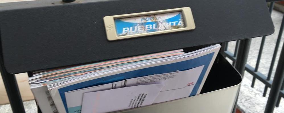 «A mucchi nei box dei volantini»  Posta selvaggia a Cantù e Capiago