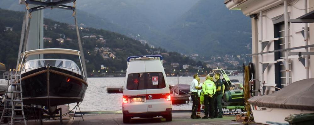 Donna nel lago davanti allo Yacht club Si tuffa per salvarla: il video