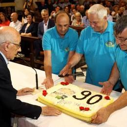 Mezzegra, i 90 anni di don Luigi  con la torta sull'altare