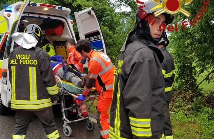 Il soccorso al ferito che guidava il furgone