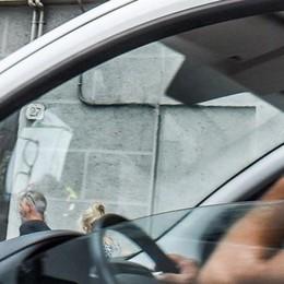 Al volante con lo smartphone  Vigili in borghese, controlli in moto