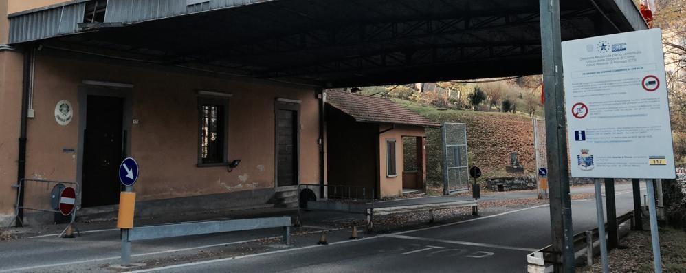 Bandito rapina il distributore  Poi fugge in Italia in bicicletta