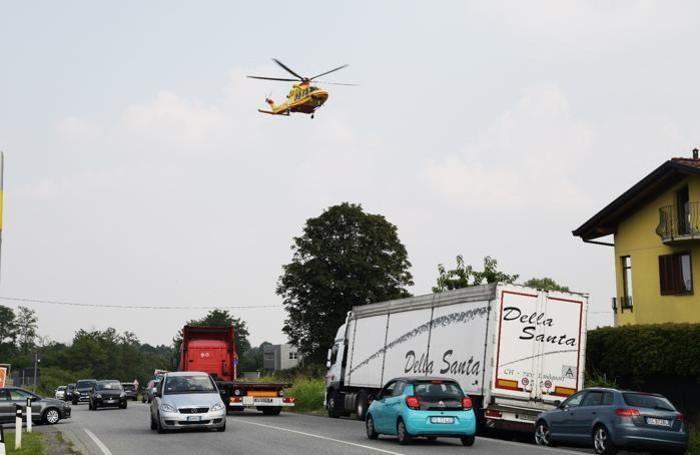 Lomazzo, nella foto di A. Porro l'elicottero si è alzato in volo dopo aver caricato la bambina