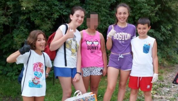 Piccole Greta crescono  Emma e le sue amiche  che ripuliscono il paese