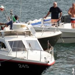 Le barche sfrecciano vicino a riva   «Il lago è un circo, sono delinquenti»