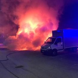 Auto distrutta dalle fiamme in via Grassi a Cermenate