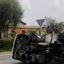 Veniano, camion ribaltato  Ma l'autista resta illeso