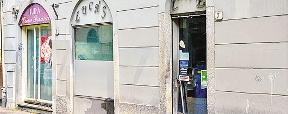 Blitz al Luca's di Como  «Scarsa igiene,  il bar va chiuso»