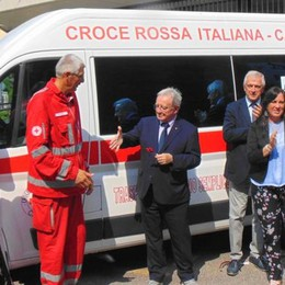 Cantù, l'ambulanza  regalata dai soci Bcc