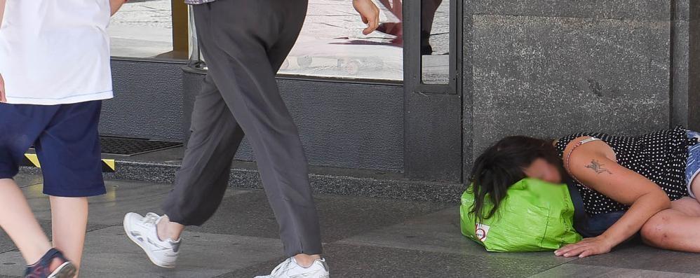 Como, bivacchi in strada  Scontro in Comune  per evitare il voto