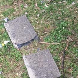 Lastroni di cemento lanciati nel vuoto   Il sindaco chiude il parco a Guanzate