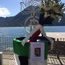 Argegno, un mazzo di fiori  per il carabiniere ucciso