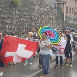 Bandiere svizzere e striscioni  La protesta di Campione  Turba (Regione): «Basta sprechi»