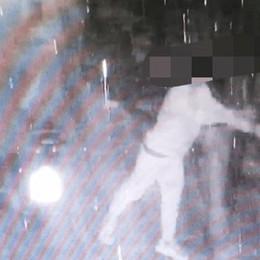 Carugo, tira i sassi nel posteggio  Visto dalla telecamera e multato